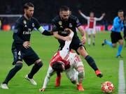 Real Madrids Captain Sergio Ramos (links) könnte nun auch in den Viertelfinals der Champions League fehlen (Bild: KEYSTONE/AP/PETER DEJONG)