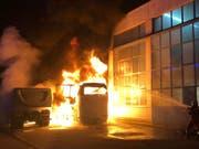 Flammeninferno in Schlieren ZH: Auf einem Firmengelände sind zwei LKWs und zwei Cars ausgebrannt. (Bild: Kapo ZH)