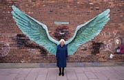 Wir sind alle Engel. Zumindest vor dieser Wand in Liverpool sind alle gleich. (Bild: Peter Byrne/Keystone (Liverpool, 12. Februar 2019))