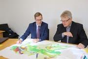 Die Gemeindepräsidenten Andreas Opprecht (Sulgen) und Heinz Keller (Kradolf-Schönenberg) studieren den Zonenplan. (Bild: Hannelore Bruderer)