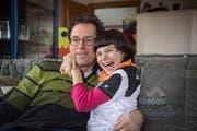Zeigt ihre Liebe herzhaft: Ramona umarmt ihren Papi Patrick Huber.