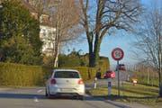 Etwa 150 Meter nach dieser Tempo-50-Tafel soll unterhalb des Schlossguts Bachtobel eine Tempo-60-Tafel installiert werden. (Bild: Mario Testa)