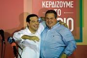 Da waren sie noch Freunde: Der griechische Premier Alexis Tsipras (links) und sein Koalitionspartner Panos Kammenos beim Wahlsieg von Tsipras im Jahr 2015. Bild: Lefteris Pitarakis/AP (Athen, 20. September 2015)