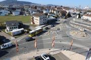 Busbevorzugung auf der Flawilerstrasse: In Fahrtrichtung Schwarzenbach gibt es einen Bypass. In Fahrtrichtung Wil verfügt die mittlere Spur über eine Lichtsignalanlage, die dem Bus die freie Fahrt ermöglicht.