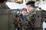VBS-Departementschefin Viola Amherd spricht mit den Truppen der Schweizer Armee im WEF-Einsatz. Bild: Ennio Leanza/Keystone (Davos, 23. Januar 2019)