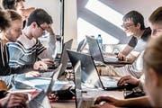 Blick ins Computer-Camp, wo mit voller Konzentration gearbeitet wird. (Bild: Nadia Schärli (Sarnen, 14. Februar 2019))