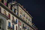 Die Fassade des Hotels Schweizerhof in Luzern mit bunt beleuchteten Fenstern. (Bild: Pius Amrein, 30. August 2016)