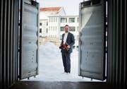 Stefan Reidy beim Testcontainer auf dem Areal der ehemaligen Spinnerei. Das Ortungsgerät wird auf der Innenseite der Türen befestigt. (Bild: Stefan Kaiser (Baar, 8. Februar 2019))