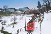 Die Walzenhausenbahn bei der Einfahrt ins Dorf: Links oben ist der Neubau der Firma Just zu sehen. (Bild: Urs Bucher)