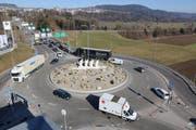 Die südliche Spur vor der Autobahneinfahrt in Richtung St.Gallen ist kurz. Mit wenig Autos und Lastwagen ist die Spur belegt und es kommt zu Rückstaus aus den Richtungen Toggenburg und Schwarzenbach. (Bilder: Hans Suter)