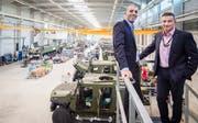 Produktionsleiter Giuseppe Chillari und CEO Oliver Dürr stehen in einer der neuen Mowag-Produktionshallen. (Bild: Reto Martin)