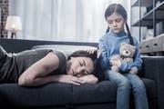 Viele Kinder von suchtkranken Eltern behalten ihre Sorgen für sich, weil sie ihre Eltern schützen möchten. (Bild: Getty)