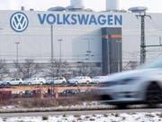 Der VW-Konzern verkauft weniger Autos. (Bild: KEYSTONE/EPA/UWE MEINHOLD)