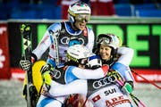 Yule, Holdener, Zehnhäusern und Danioth jubeln über den Sieg im Team. (Bild: Jean-Christophe Bott/Keystone, Åre, 12. Februar 2019)