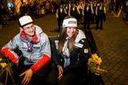 Empfang für die beiden Vizeweltmeister Corinne Suter (rechts) und Para-Skifahrer Thomas Pfyl in Schwyz. (Bild: Alexandra Wey/Keystone, Schwyz, 15. Februar 2019)
