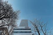 Kaum bedeutende ausländische Aktionäre: Roche. Im Bild zu sehen: der Roche-Tower in Basel. (Bild: Michele Limina/Bloomberg (1. Februar 2017))