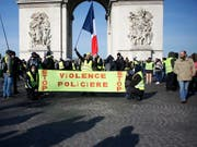 In Paris und anderen Städten Frankreichs sind am Samstag erneut tausende Menschen gegen die Regierung auf die Strasse gegangen. (Bild: KEYSTONE/AP/THIBAULT CAMUS)