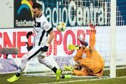 Das wichtige 1:0 für Lugano: Armando Sadiku (links) kurz nach seinem Treffer, Luzerns Goalie Mirko Salvi liegt im Tor. (Bild: Alexandra Wey/Keystone (Luzern, 16. Februar 2019))