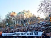 «Selbstbestimmung ist kein Verbrechen», steht auf dem Transparent. Mindestens 200'000 Menschen protestierten in Barcelona gegen den Prozess gegen zwölf katalanische Unabhängigkeitsführer. (Bild: KEYSTONE/EPA EFE/ALEJANDRO GARCIA)