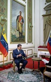 Venezuelas linksnationalistischer Präsident Nicolás Maduro bei einem Interview im Präsidentenpalast Mira-flores vor einem Porträt des Unabhängigkeitskämpfers Simón Bolívar. (Bild: Ariana Cubillos/AP (14. Februar 2019))