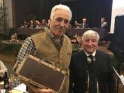 Peter Weigelt (links) erhält von Köbi Rutz einige Flaschen Wein als Geschenk. (Bild: Urs Nobel)