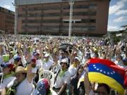 Freiwillige für die Verteilung der Hilfsgüter am Samstag in Caracas. (Bild: Keystone/AP/ARIANA CUBILLOS)