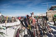 Sorry, kein Platz mehr – Skis soweit das Auge reicht vor dem Bergrestaurant Jochpass. (Bild: Roger Grütter, Engelberg 17. Februar 2019)