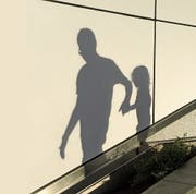 Rund 100 Kinder werden pro Jahr ins Ausland entführt. (Bild: Getty)