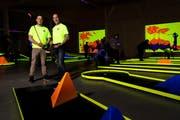 Betreiber Leo Muff und sein Sohn David bei der Eröffnung der ersten Indoor Minigolf Anlage in der Zentralschweiz, hier mit Schwarzlicht ausgeleuchtet. (Bild: Philipp Schmidli, Ruswil , 17. Februar 2019)