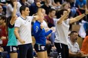 Zugs Trainer Christoph Sahli (links) freut sich über den Sieg, vergisst aber nicht, den Mahnfinger zu heben. (Bild: Philipp Schmidli, Nottwil, 18. Oktober 2018))