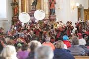 Die Guggenmusik «Crash Band» spielt während des Gottesdienstes am Sonntagmorgen. (Bild: Donato Caspari)