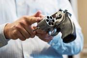 Bei einem Ja zum neuen Waffenrecht müssten rund 20 (Bild: KEY)