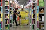 Blick ins Amazon-Logistikzentrum im deutschen Rheinberg. (Bild: Friedemann Vogel/Keystone (28. November 2017))