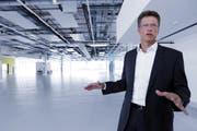 Matthias Rebellius, Chef von Siemens Building Technologies, in einem Gebäude des neuen Campus in Zug. Mittlerweile ist der modernisierte Standort eröffnet worden. (Bild: Werner Schelbert, Zug, 4. Juli 2018)