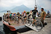 Der Swiss Olympic Gigathlon 2013 endete am zweiten Tag in Nidwalden. Die Sportler stiegen nach der Nauenfahrt nochmals für den Endspurt auf das Bike. (Bild: Corinne Glanzmann)