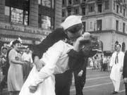 Das Bild ging um die Welt: Der US-Marinesoldat George Mendonsa, küsste 1945 bei einer Weltkriegs- Siegesfeier in New York eine ihm unbekannte Frau. Nun ist er 95-jährig gestorben. (Bild: KEYSTONE/AP U.S. Navy/VICTOR JORGENSEN)