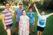Familie Flury im Garten ihres Anwesens in Florida: Catherine, Christopher, Anja, Sämi und Janis (von links). (Bild: SRF)