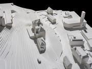 Das Modell zeigt die Schulanlage St. Karli mit der geplanten Erweiterung (Bildmitte): Der flache Anbau befindet sich auf der Rückseite des Schulhauses, auf der Vorderseite ist der Pausenplatz. (Bild: PD/Stefano Schröter)