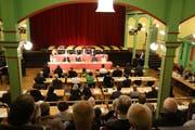 Interessierte Bürger folgen einer Parlamentssitzung. (Bild: PD)