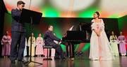 Faszinierender Chinesischer Liederabend. Von links: Luschan Schuppisser (Violine), Simon Rapp (Klavier) und Wendi Li (Gesang) umringt von Chor und Tänzerinnen. Bilder: Roland P. Poschung