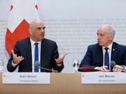 Bundespräsident Ueli Maurer (rechts) und Innenminister Alain Berset werben für die AHV-Steuervorlage. Sie sprechen von einem ausgewogenen Kompromiss. (Bild: KEYSTONE/PETER KLAUNZER)