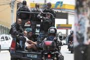 Brasilianische Polizisten bei einem Einsatz in den Favelas in Rio De Janeiro. Bild: Marcelo Sayao/EPA (8. Februar 2019)