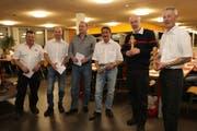 Karl Streule, René Ziegler, Remo Pfändler, Heiri Kägi. Raoul Fricker und Pascal Rubin (von links) wurden für insgesamt 140 Jahre aktiven Feuerwehrdient geehrt. (Bild: Res Lerch)