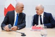 Sozialminister Alain Berset (links) und Finanzminister Ueli Maurer werben für den neuen AHV-Steuer-Deal. (Bild: Keystone)