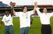 Drei Legenden in Grünweiss: (v.l.) Charles Amoah, Ivan Zamorano und Hugo Rubio nach dem Spiel zum 125-Jahr-Jubiläum des FC St.Gallen im Espenmoos im September 2004. (Bild: Rainer Bolliger)