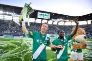 Zwei der besten Spieler, die im neuen Stadion im Trikot der Espen aufliefen: Philippe Montandon (links) und Pa Modou Jagne bei der Aufstiegsfeier im Jahr 2011.
