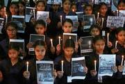 Mit Kerzen und Postern trauerten Schülerinnen am vergangenen Donnerstag um die 40 indischen Soldaten, die beim Anschlag in Kaschmir ums Leben kamen. Bild: Raminder Pal Singh/EPA (Amritsar, 15. Februar 2019)