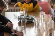 In Untereggen nehmen einige Familien andere Kinder zum Mittagessen auf. (Hanspeter Schiess)