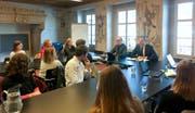 Bildungsdirektor Reto Wyss (vorne rechts) und Aldo Magno, Leiter der Dienststelle Gymnasialbildung, diskutieren mit Schüler über Fragen rund um die Klimaerwärmung. (Bild: PD)