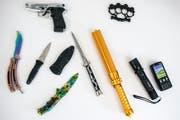 Die Staatsanwaltschaft Luzern präsentiert Waffen und gefährliche Gegenstände, welche sie im vergangenen Jahr beschlagnahmt hat. (Bild: Alexandra Wey / Keystone, Luzern, 19. Februar 2019)